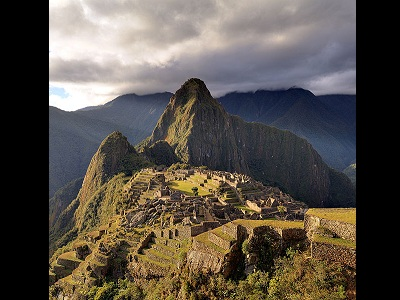 "<a href=""/mythology/inti_sun.html&lang=sp"">Inti</a> era considerado el dios Sol y el ancestro de los incas. El pueblo inca vivi en Sur Amrica, en el antiguo Per. En los restos de la cuidad de Machu Picchu, es posible ver un reloj de sol que describe el curso del Sol personificado por Inti. Inti y su esposa <a href=""/mythology/pachamama_earth.html&lang=sp"">Pachamama</a>, la diosa de la Tierra, era considerados divinidades benevolentes. 
